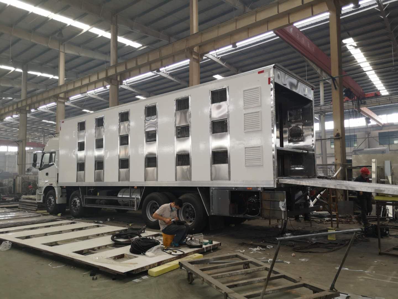江西省东风天锦7.6米畜禽运输车工厂直销