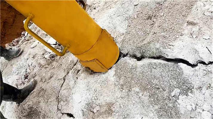 开山挖石头用什么机械一天的产量