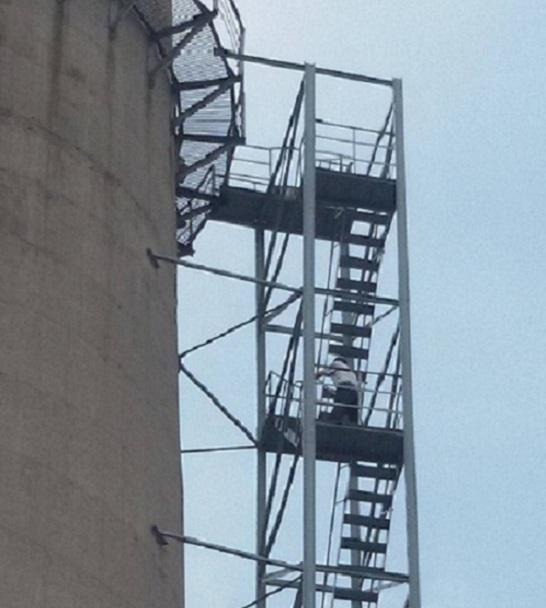 化州烟囱安装旋转梯正确的施工方法是什么?