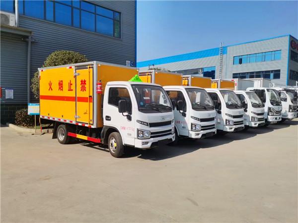 5米黄牌重汽豪沃易燃固体厢式危险品车生产厂家定制优惠