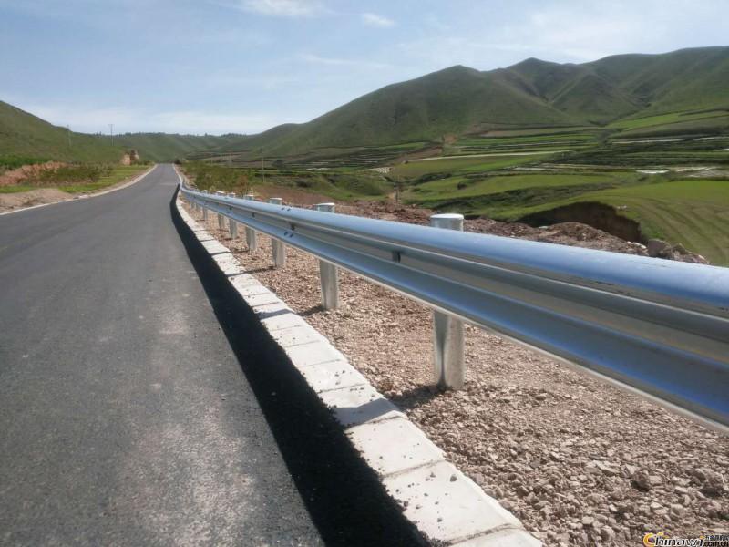 襄阳波形护栏板立柱多少钱一米