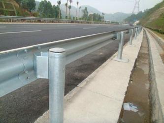 西镀锌波形护栏板-厂家质量保证