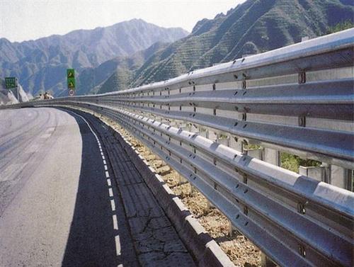 德宏傣族景颇族自治州芒市2021公路波形护栏板-热镀锌护栏